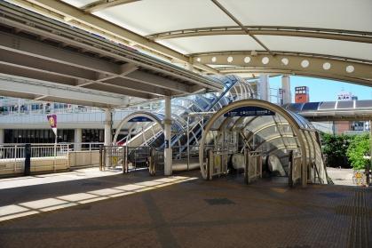 豊田市駅改札出て左のエスカレータ